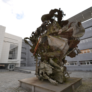 Sculpture by Frank Stella in front of the SnT building